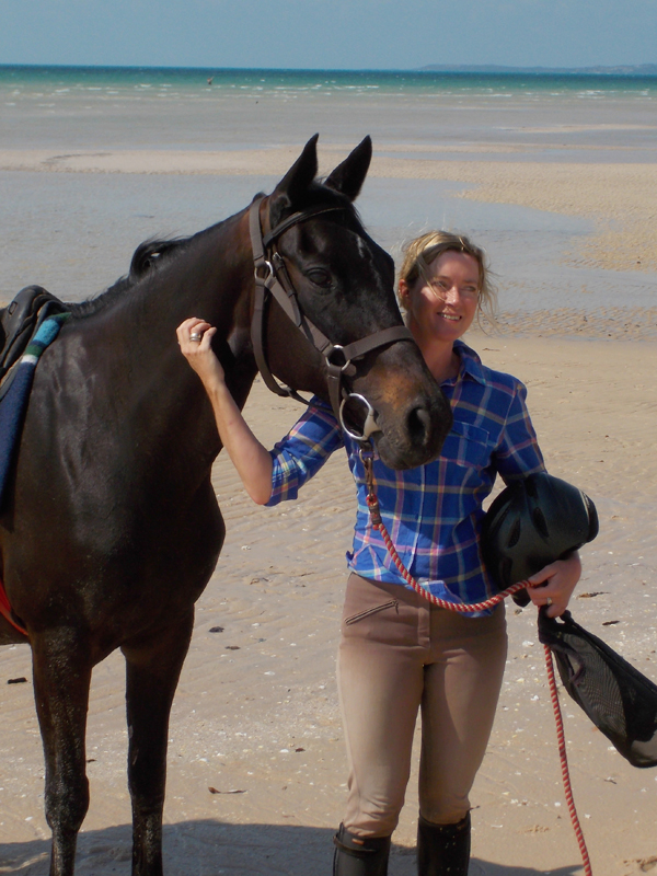 jan norman posing with horse for a portrait on vilankulo beach ride